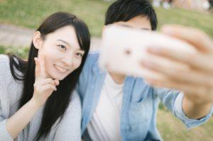 男性と笑顔で自撮りする女性
