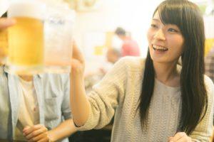 ビール片手に乾杯する女性