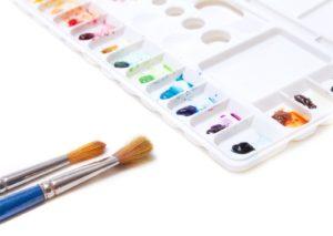 いろんな色の塗料と絵の具道具