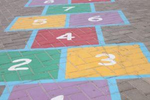 地面に描かれたカラフルな数字デザイン