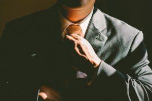 ネクタイを締めて気を引き締める男性