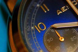 10時を示す腕時計