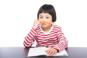 しぶしぶ勉強する子供