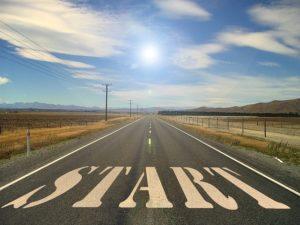スタートと書かれた道路