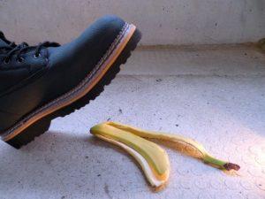 バナナの皮を踏もうとする足