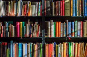 太陽光に照らされる本棚
