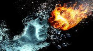 ぶつかり合う水と火の拳