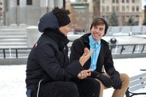 ベンチで話す男性2人
