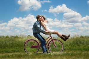 仲睦まじく自転車に乗る男女
