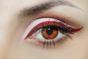 こちらを見る女性の目