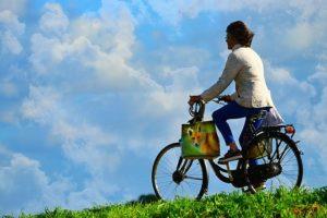 自転車で出発する女性