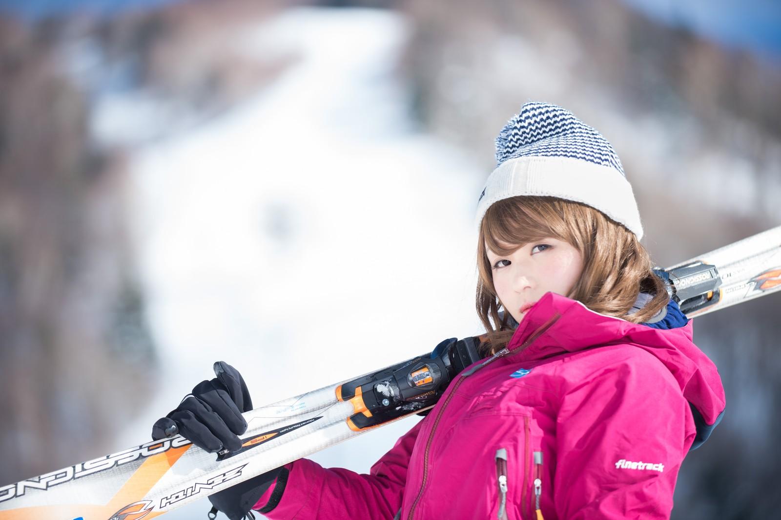 こちらを見るスキーウェア姿の女性