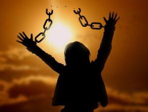 鎖を砕いた女性