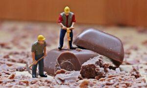 チョコを採掘する人形