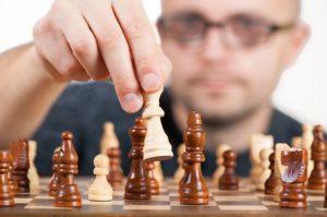 チェスをやる男性
