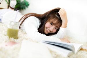 寝転びながらこちらに笑顔を向ける女性