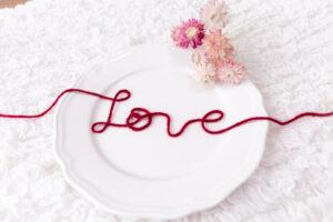 赤い糸で書かれたLove