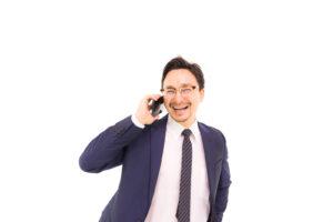 笑顔で電話するサラリーマン