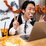 オンライン飲みで仮装する男性