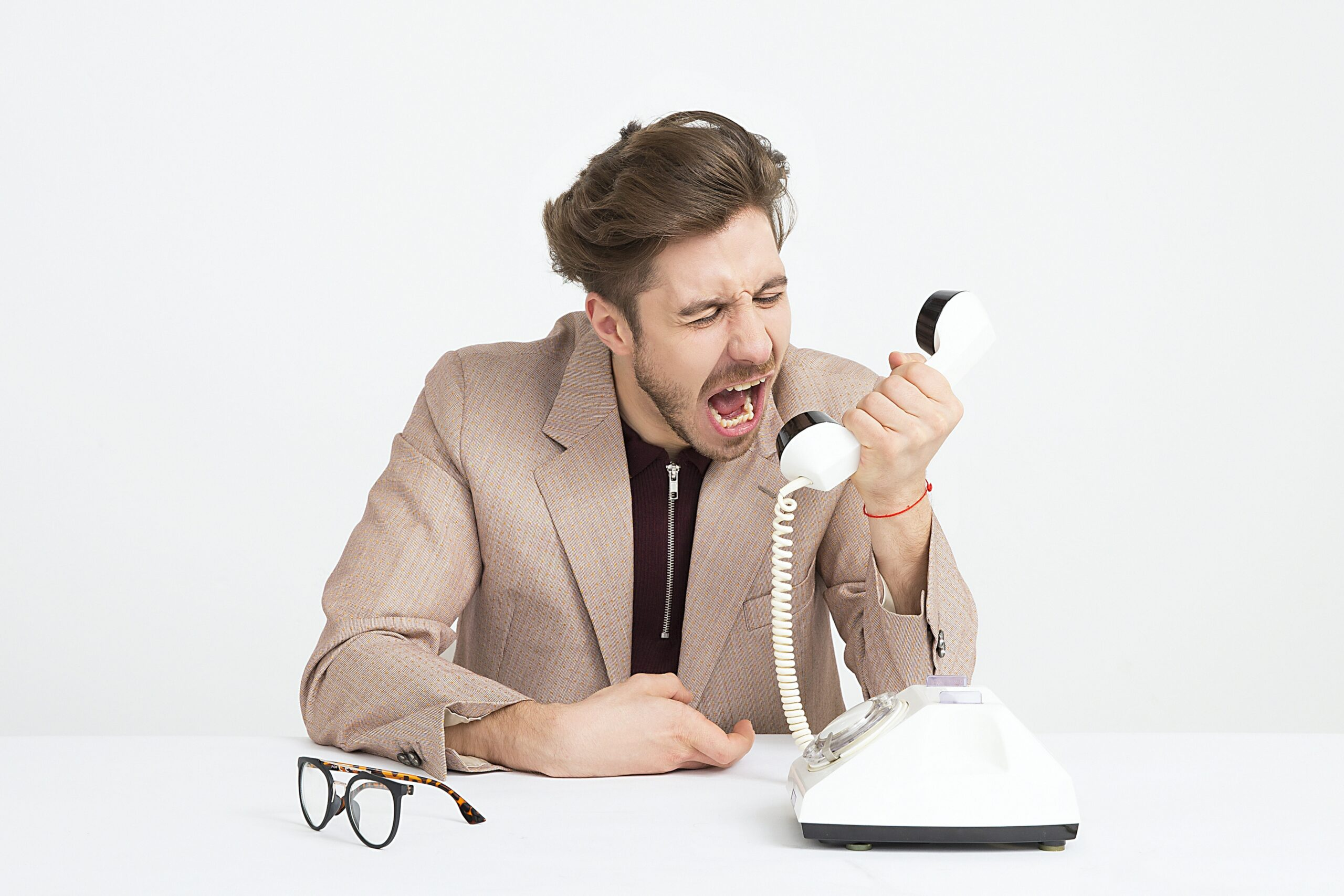 電話に叫ぶ男性